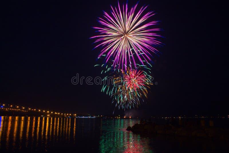 Fogos-de-artifício sobre o rio de York no Williamsburg, fotografia de stock royalty free