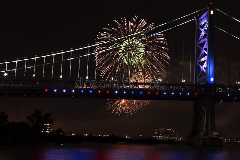 Fogos-de-artifício sobre o Rio Delaware Philadelphfia Pensilvânia fotos de stock royalty free