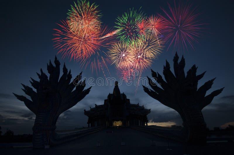 Fogos-de-artifício sobre o templo da silhueta fotos de stock