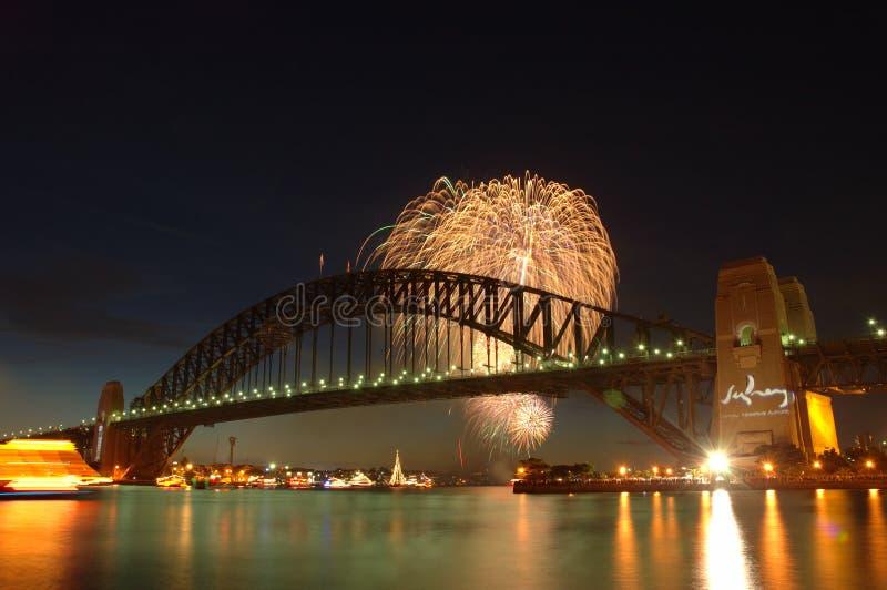 Fogos-de-artifício sobre a ponte fotografia de stock royalty free