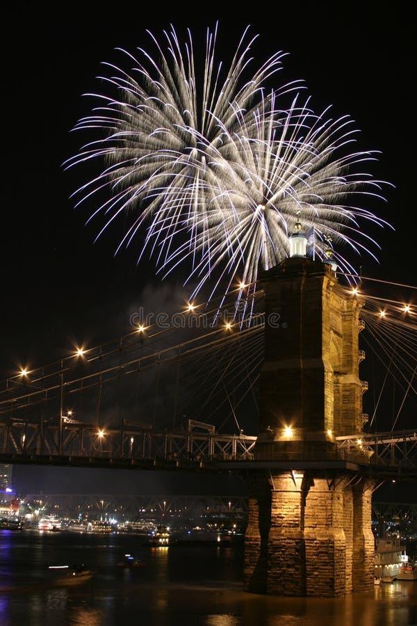Fogos-de-artifício sobre a ponte imagens de stock