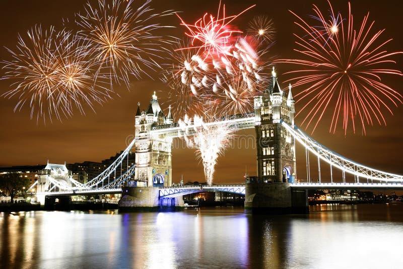 Fogos-de-artifício sobre a ponte da torre fotografia de stock royalty free