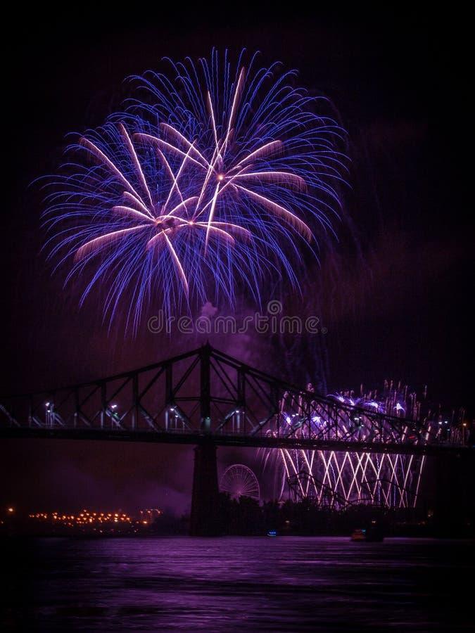 Fogos-de-artifício sobre St Lawrence River fotos de stock royalty free