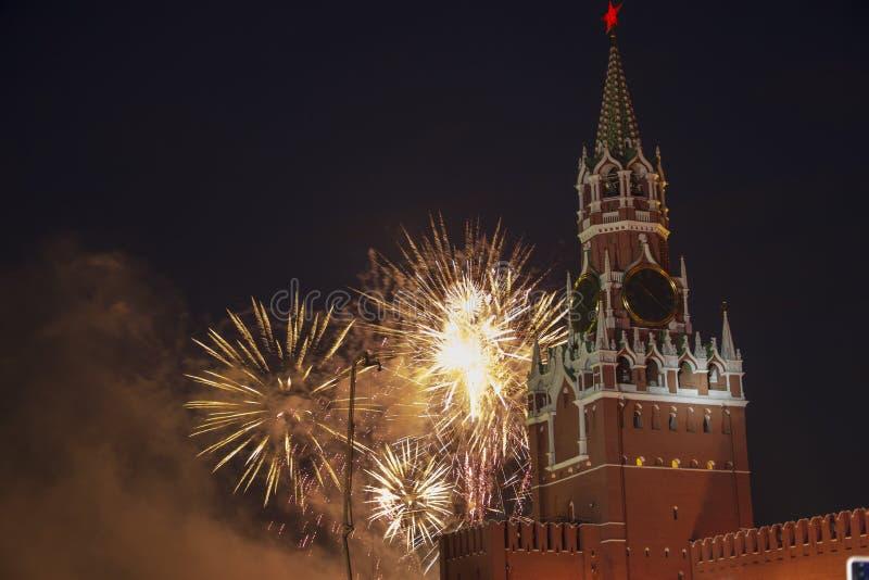 Fogos de artifício sobre a torre de Spassoky do Kremlin à noite, no dia da Rússia, no dia 12 de junho fotografia de stock royalty free