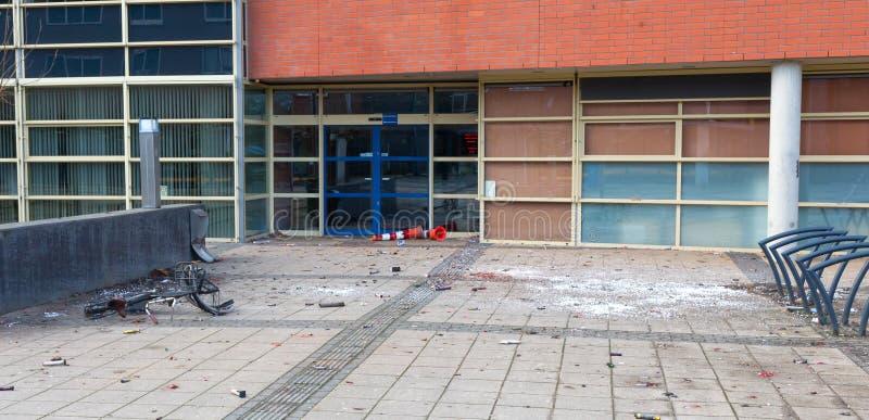 Fogos-de-artifício usados na frente de uma escola fotografia de stock royalty free