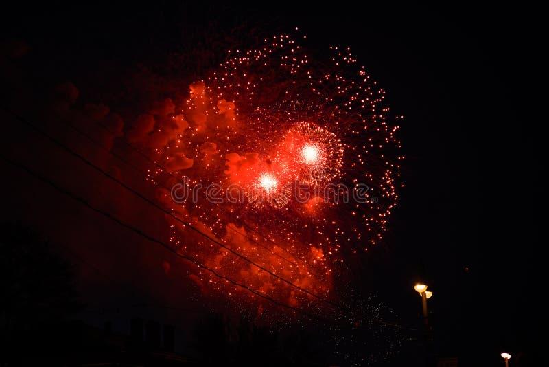 Fogos-de-artifício vermelhos brilhantes na cidade fotos de stock royalty free