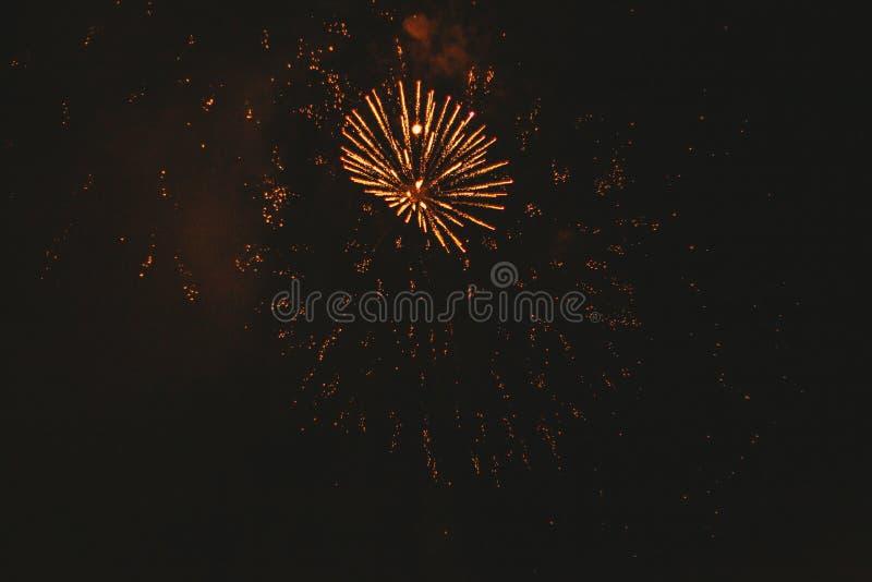 Fogos de artif?cio festivos do ouro do close-up em um fundo preto Fundo abstrato do feriado imagens de stock