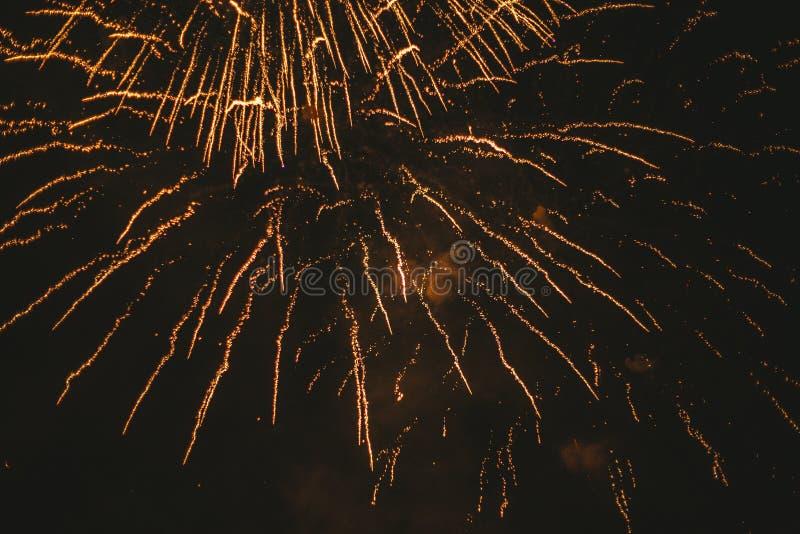 Fogos de artif?cio festivos do ouro do close-up em um fundo preto Fundo abstrato do feriado imagem de stock