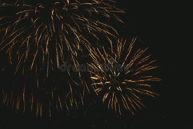 Fogos de artif?cio festivos do ouro do close-up em um fundo preto Fundo abstrato do feriado fotos de stock royalty free