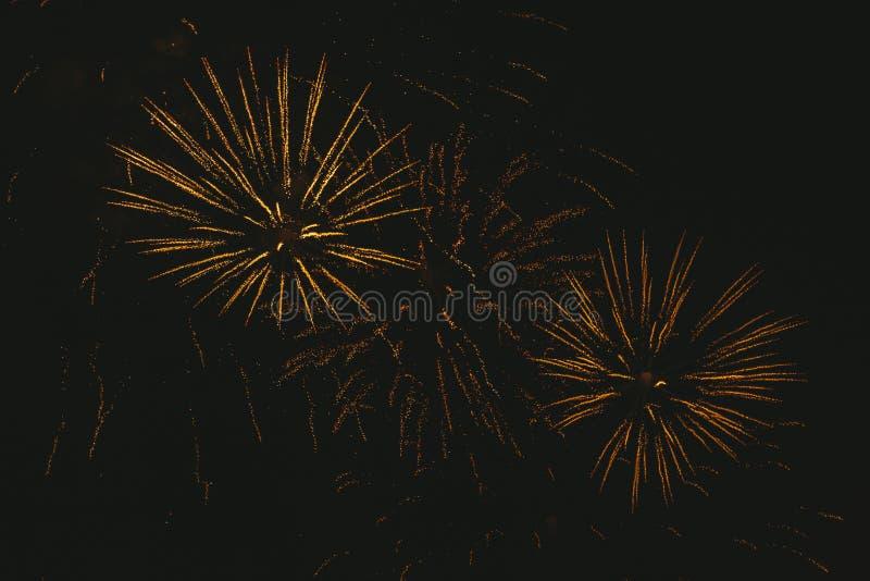 Fogos de artif?cio festivos do ouro do close-up em um fundo preto Fundo abstrato do feriado imagens de stock royalty free