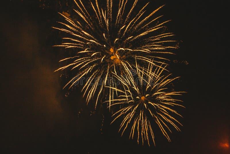 Fogos de artif?cio festivos do ouro do close-up em um fundo preto Fundo abstrato do feriado imagem de stock royalty free
