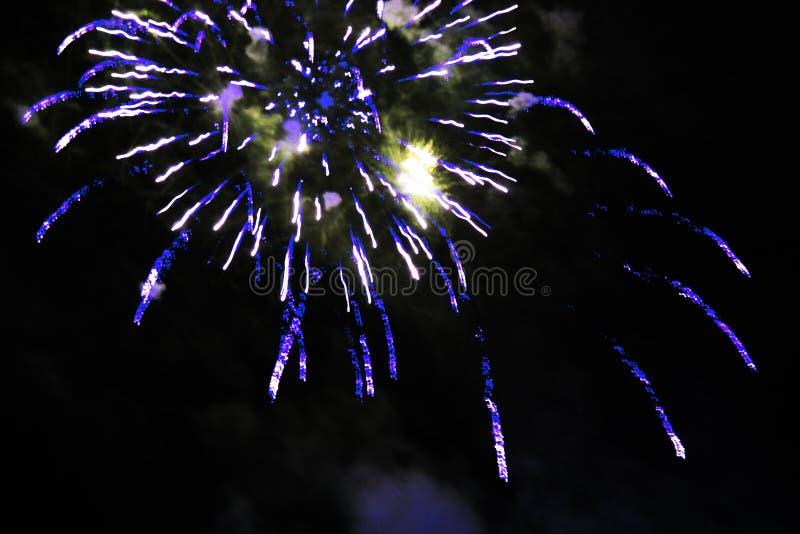 Fogos-de-artif?cio sauda??o Extravagância de surpresa do fundo do céu de luzes efervescentes amarelas brilhantes no céu noturno d imagem de stock royalty free