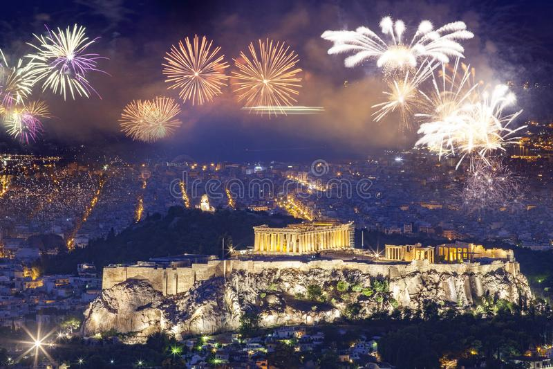 Fogos de artif?cio sobre Atenas, acr?pole e o Partenon, Attica, Gr?cia - destino do ano novo imagem de stock