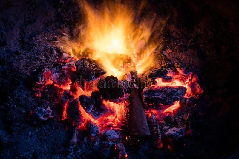 Fogueira colorida que queima-se para baixo aos carvões quentes imagens de stock royalty free