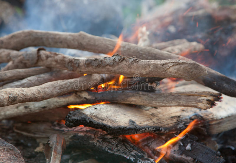A fogueira começa a incandescer foto de stock royalty free