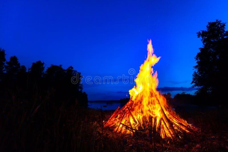 Fogueira grande contra o céu noturno fotografia de stock royalty free
