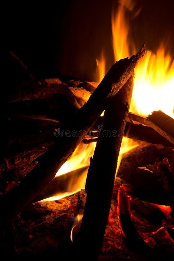A fogueira inflama a vista vertical imagens de stock