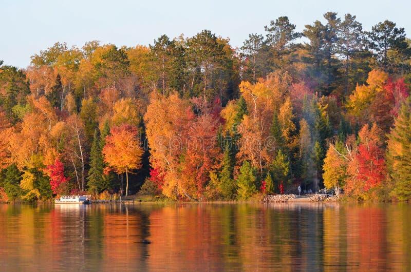 Fogueira lakeshore em cores luxúrias da folhagem de outono fotos de stock royalty free
