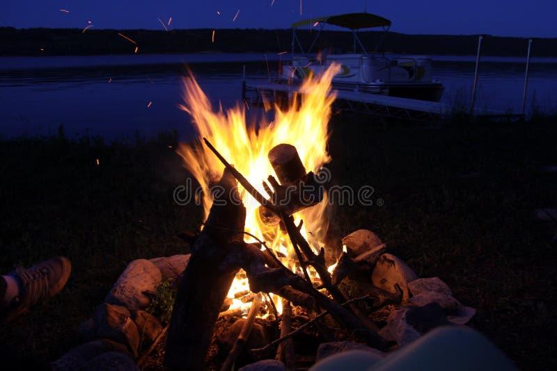 Fogueira pelo lago das pradarias, Manitoba imagens de stock