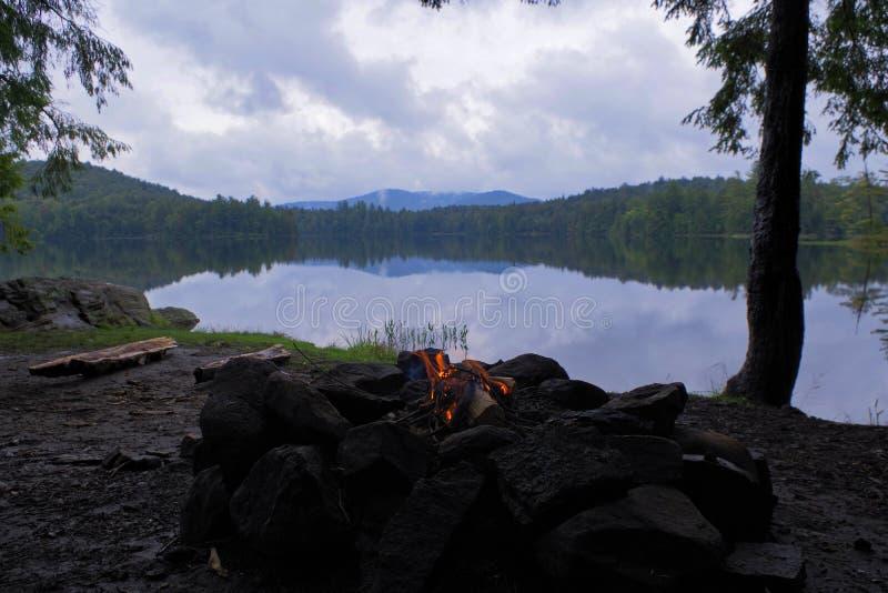 Fogueira pequena em um lago enevoado nas montanhas de Adirondack do norte do estado de New York fotos de stock royalty free