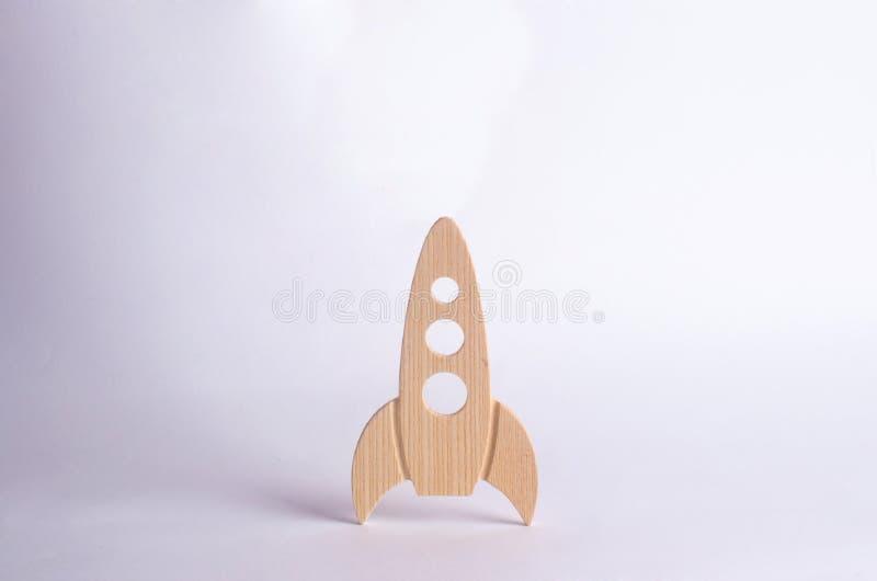 Foguete de espaço de madeira em um fundo branco O conceito do espaço e da tecnologia, curso às estrelas e outros planetas fotos de stock royalty free