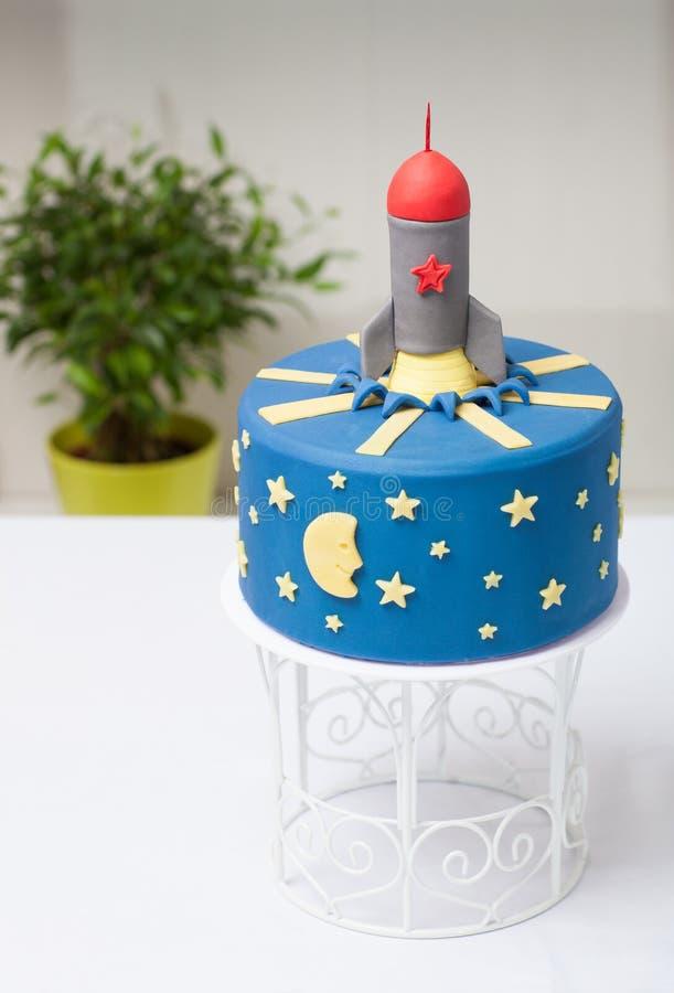 Foguete do bolo das crianças o azul imagem de stock