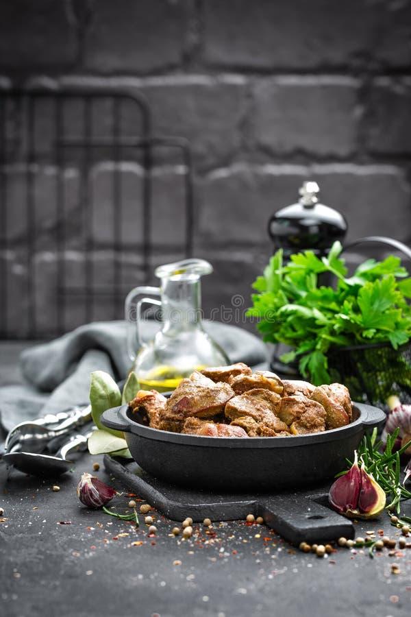 Foie de poulet frit à l'oignon photos libres de droits