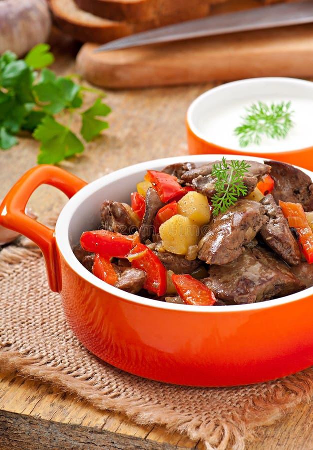 Foie de poulet rôti avec des légumes images stock
