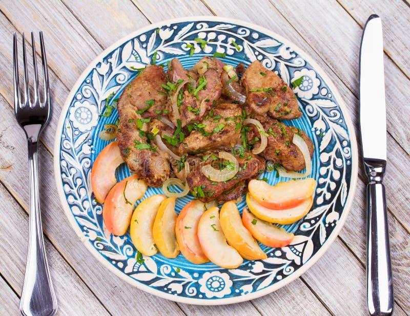 Foie de poulet sauté avec la pomme et l'oignon images stock