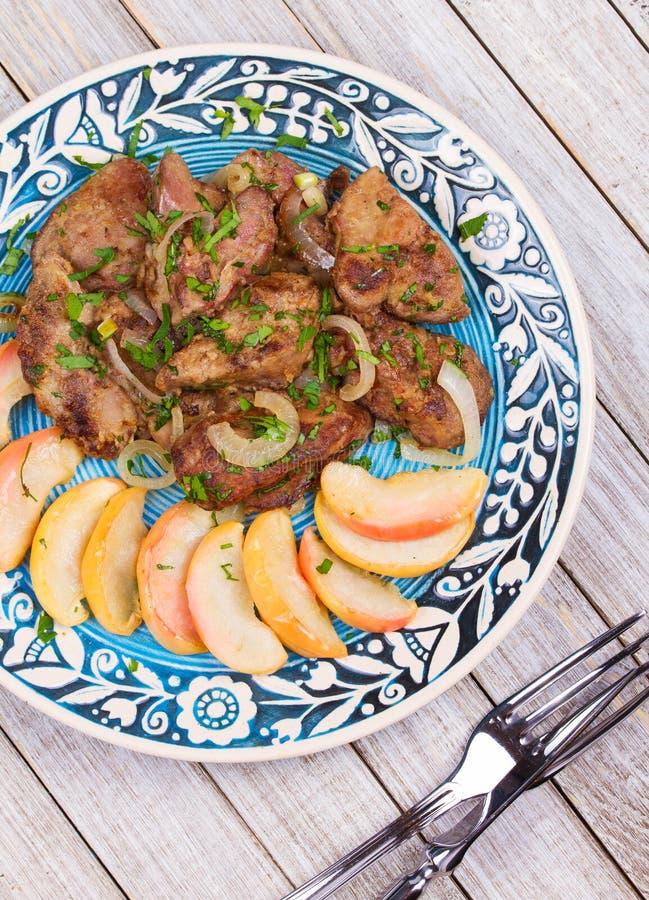 Foie de poulet sauté avec la pomme et l'oignon image stock