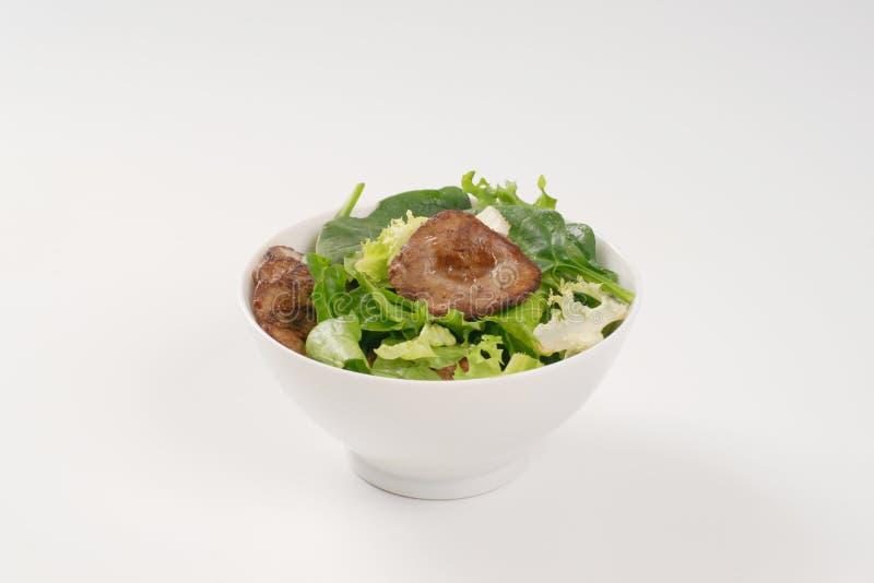 Foie frit par casserole avec des verts image libre de droits