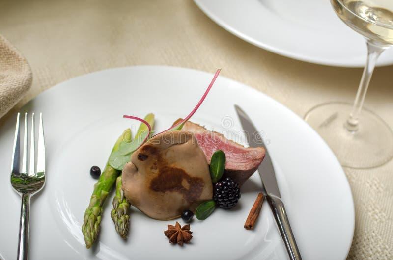 Foie gras med and- och för passionfrukt sås fotografering för bildbyråer