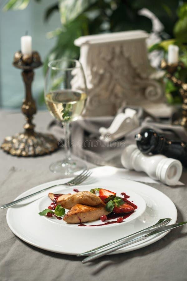 Foie Gras med tranbärsås och vin fotografering för bildbyråer