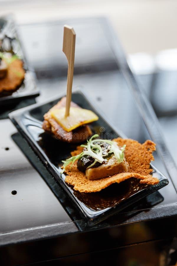 Foie Gras met Zeewiersoep op bovenkant met Decoratiegroente in Vers Gebakken Koekje royalty-vrije stock foto