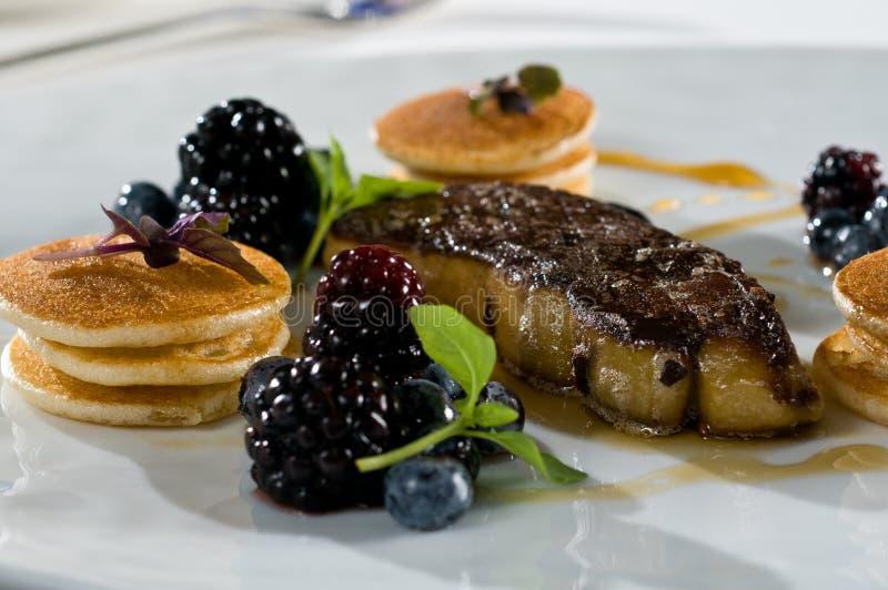 Foie gras mit Minipfannkuchen stockbilder