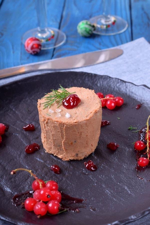 Foie gras som garneras med det bärsås och havet, saltar royaltyfri bild