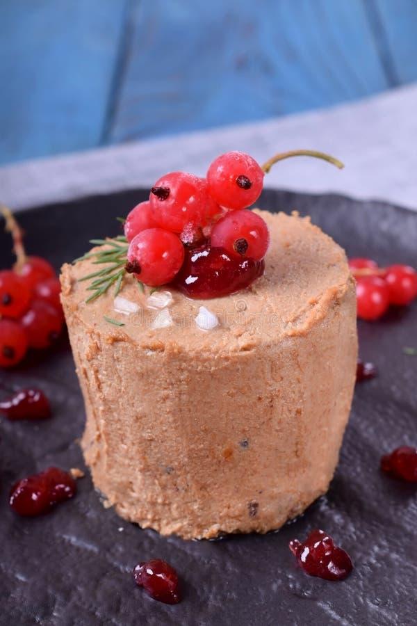 Foie gras som garneras med det bärsås och havet, saltar royaltyfria foton