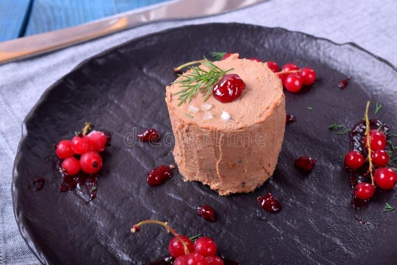 Foie gras som garneras med det bärsås och havet, saltar arkivfoto