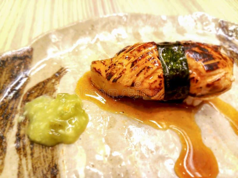 Foie grassushi som slås in i alger och special sås royaltyfri bild