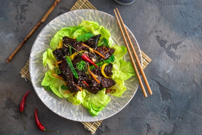 Foie sauté d'Asiatique avec le paprika, les carottes et l'oignon Avec les verts et le riz image libre de droits