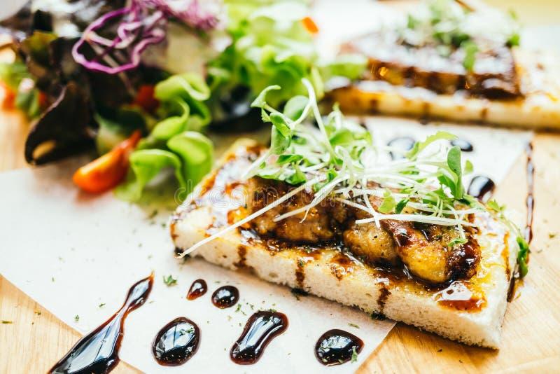 Foiegras bovenop brood met saus royalty-vrije stock afbeeldingen