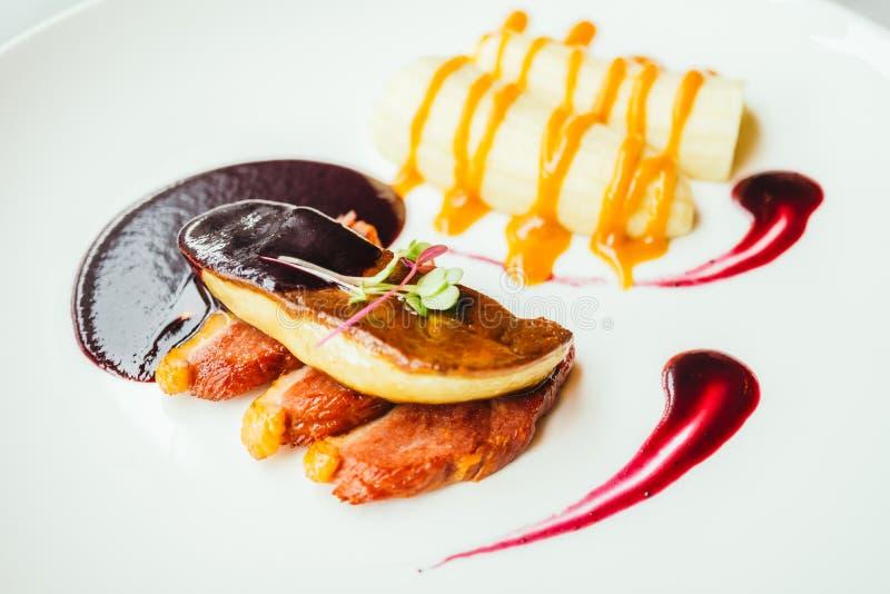 Foiegras en eendvlees met zoete saus stock afbeeldingen