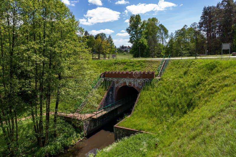 Fojutowo, pomorskie/Польша - 29-ое мая 2019: Акведук канала Brda над небольшим рекой в Польше Самый большой акведук внутри стоковые изображения rf
