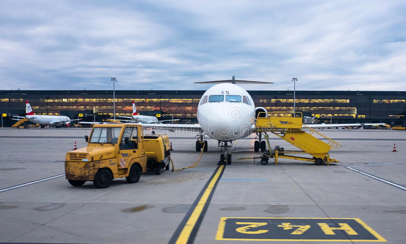 Fokker 100 de Austrian Airlines imagens de stock royalty free