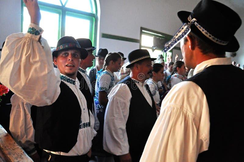 Foklore dansare som dansar i traditionell slovakisk kläder royaltyfria bilder