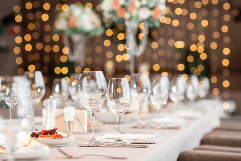 Fokus auf Gläsern Bankettisch im Restaurant, die Vorbereitung vor dem Bankett die Arbeit von Berufsfloristen stockfotografie