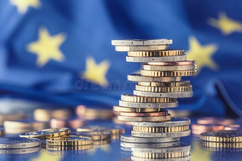 Fokus auf Seil Euroflagge Fünf, 10 und fünfzig Eurobanknoten Münzen gestapelt auf einander i lizenzfreie stockfotografie