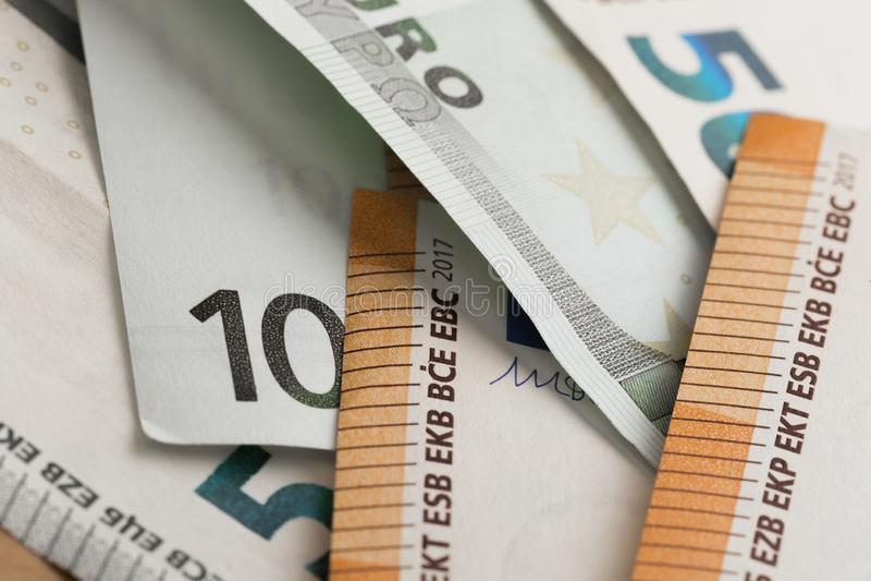 Fokus auf Seil Geld in einem Umschlag Eurogeldbanknoten lizenzfreie stockfotografie