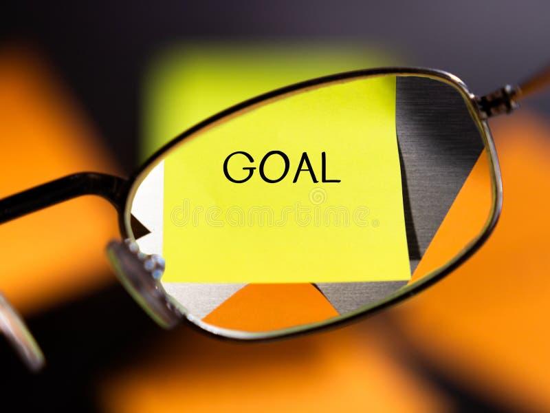 Fokus auf Zielkonzept mit Gläsern und bunten klebrigen Anmerkungen stockfoto