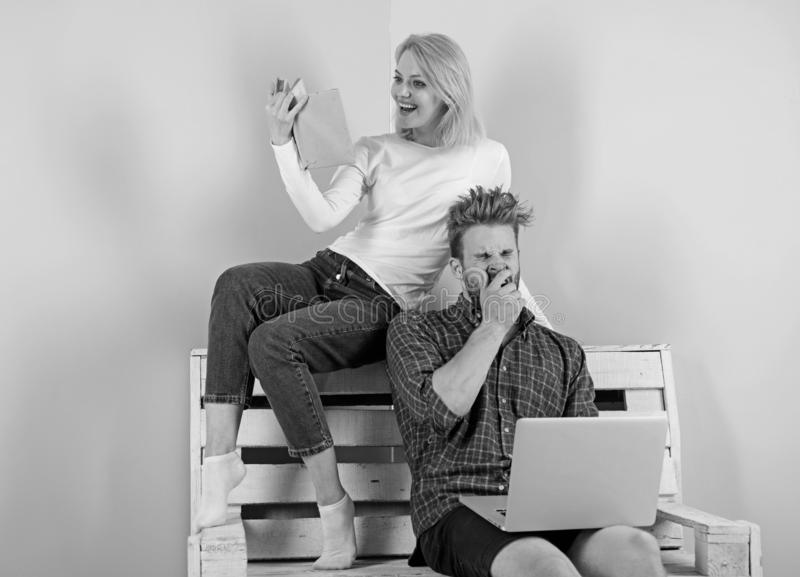 Fokus av den intresseflickan och grabben som intresseras i intellektuell aktivitet Man med bärbara datorn och kvinnan med den ent arkivfoto